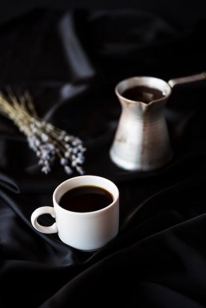 Высокий вид чайник с кофе и лавандой Бесплатные Фотографии