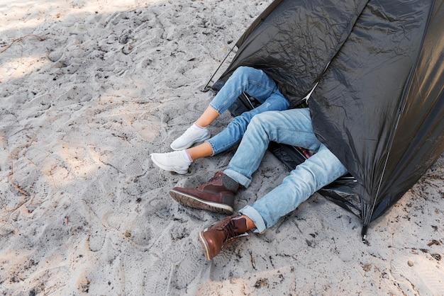 Gambe ad alta vista fuori dalla tenda Foto Gratuite