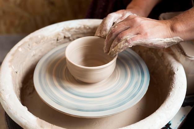 Modellazione di argilla ad alta vista su tornio da vasaio Foto Gratuite