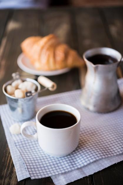 Высокий вид утренний кофе завтрак и круассан Бесплатные Фотографии