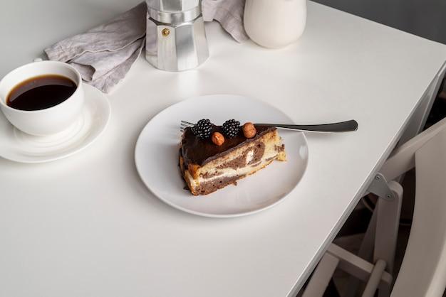 コーヒーとケーキの高ビューのスライス 無料写真
