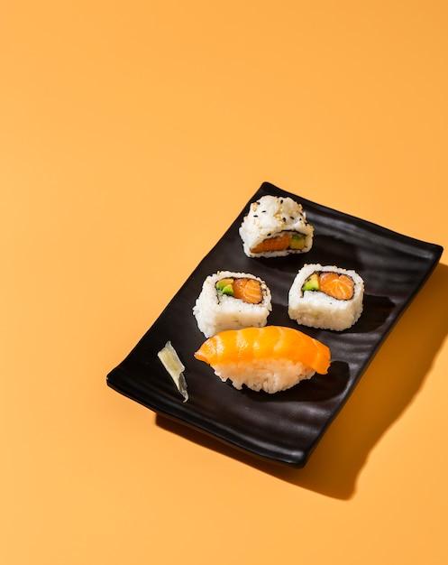 Высокий вид суши роллы с нигири Бесплатные Фотографии