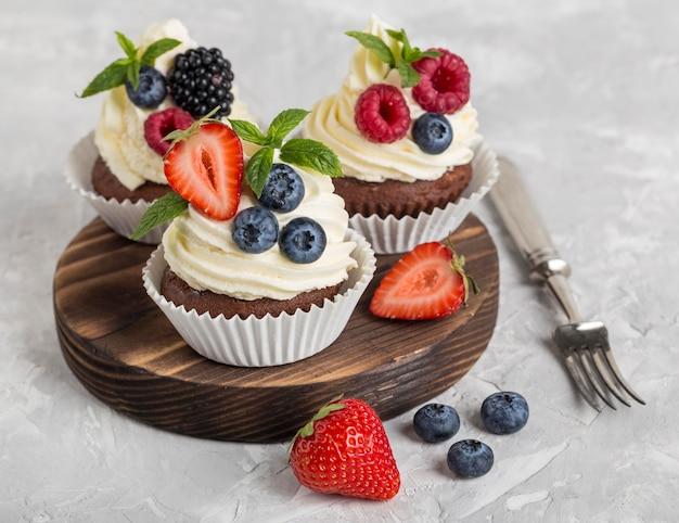 Cupcake e forchetta gustosi di alta vista Foto Gratuite