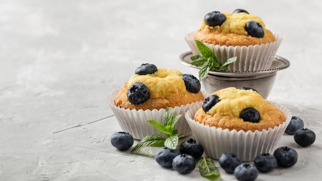 Alta vista gustoso cupcake con mirtilli frutti di bosco Foto Gratuite