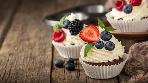 Cupcake gustoso di alta vista con panna montata Foto Gratuite