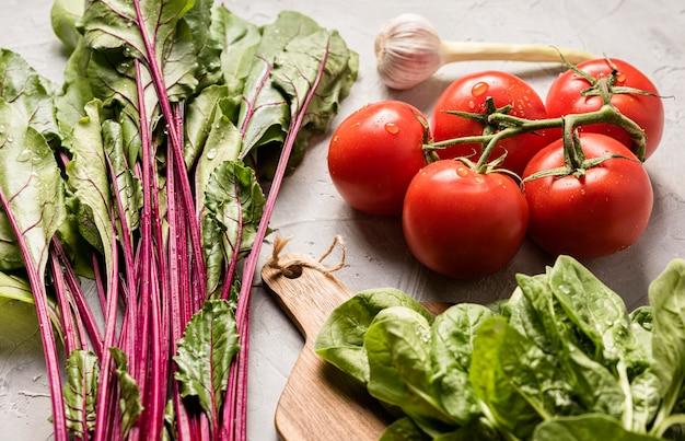 Высокий вид помидоры и полезный салат Бесплатные Фотографии