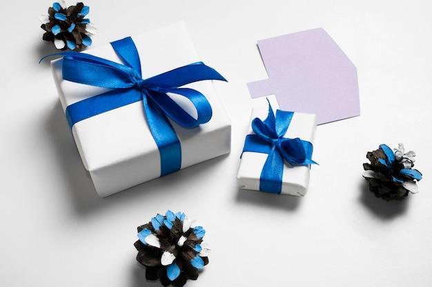 Подарок из белой бумаги высокого вида и синие ленты Premium Фотографии