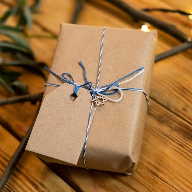 Высокий вид обернутый подарок традиционная еврейская концепция хануки Бесплатные Фотографии