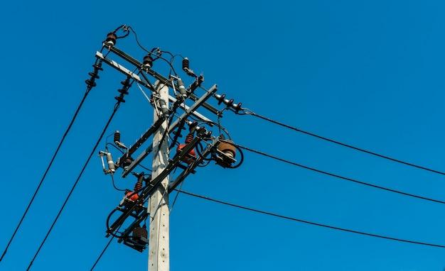 Высоковольтный электрический поляк и передающие линии с ясным голубым небом. опоры электричества. энергетика и энергосистема. опасность высоковольтной вышки. кабельный провод. Premium Фотографии