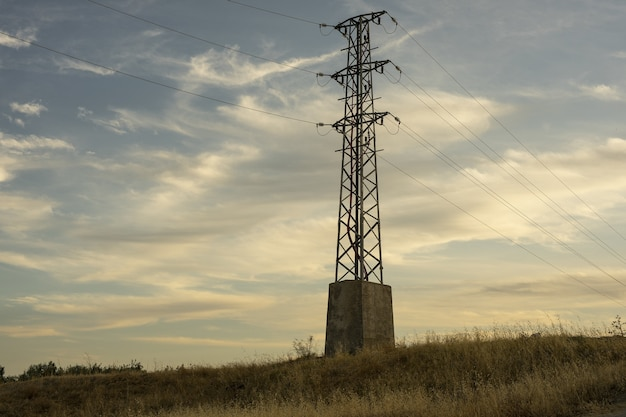 Башня электропередачи высокого напряжения против неба на рассвете Бесплатные Фотографии