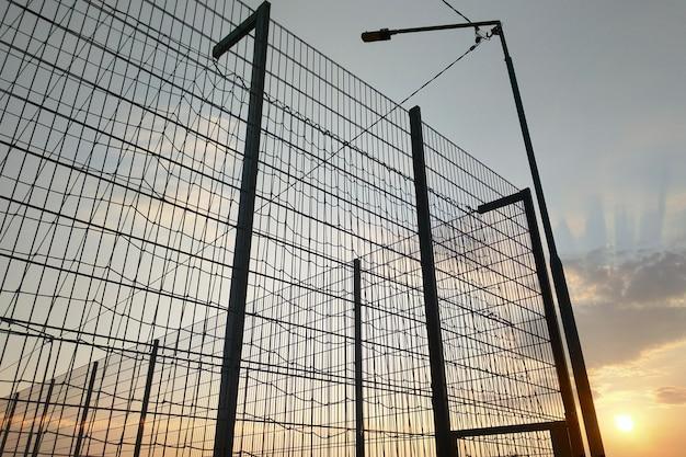 Проволочная изгородь в запретной зоне на предпосылке голубого неба. Premium Фотографии