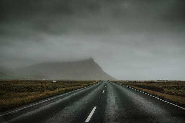 曇りの日の山道の高速道路 無料写真