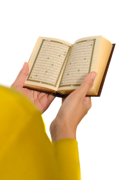 Hijab woman reading koran Premium Photo