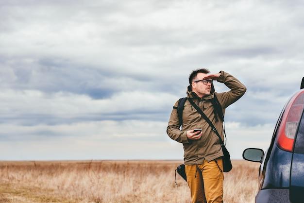 Турист смотрит на расстояние Premium Фотографии