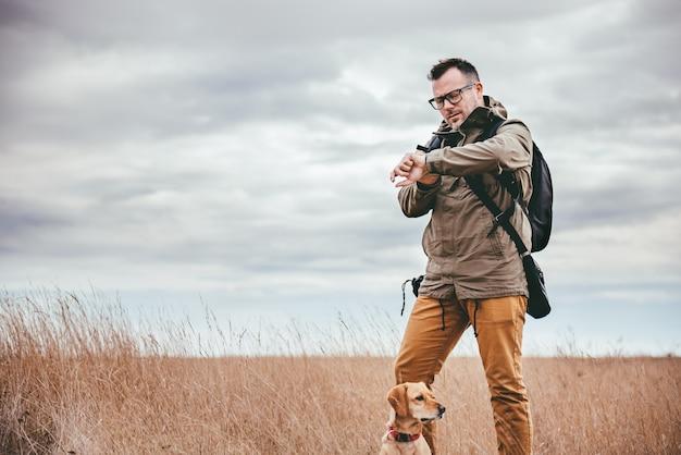 Турист смотрит на часы Premium Фотографии