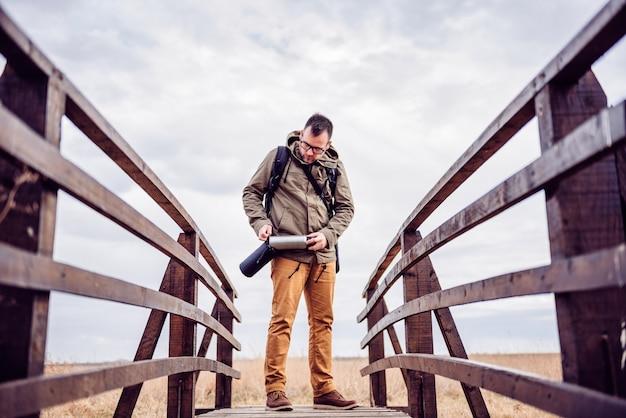Hiker вытаскивает бутылку с водой Premium Фотографии