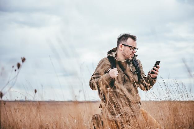 Hiker используя умный телефон Premium Фотографии