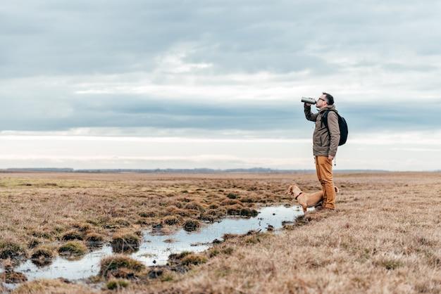 Hiker питьевой воды у пруда Premium Фотографии
