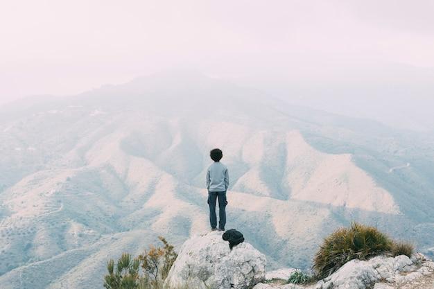 Hiker, стоящий на скале Бесплатные Фотографии