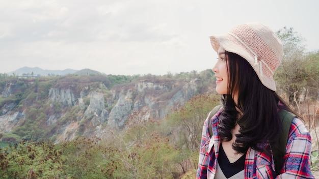 Hiker азиатский рюкзак женщина, идущая на вершину горы, женщина наслаждается своими праздниками на походы, чувствуя свободу. Бесплатные Фотографии