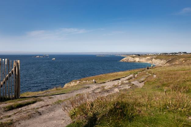 Походная тропа вдоль побережья плоерзала Premium Фотографии