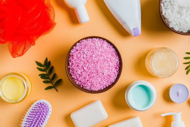 Himalayan salt with cosmetics products on colored background Free Photo
