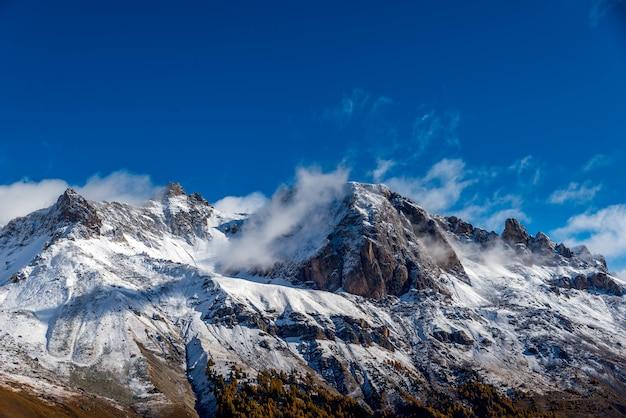 青い空を背景に雪に覆われたヒマラヤ 無料写真