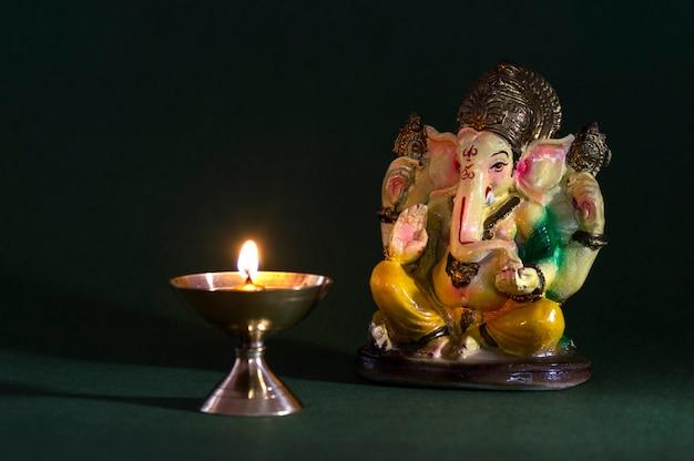 ヒンドゥー教の神ガネーシャ。ガネーシャアイドル。カラフルなガネーシャアイドルの像。テキストまたは見出しのスペース。 Premium写真