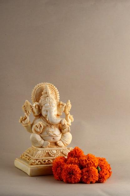 ヒンドゥー教の神ガネーシャ。背景にガネーシャアイドル Premium写真