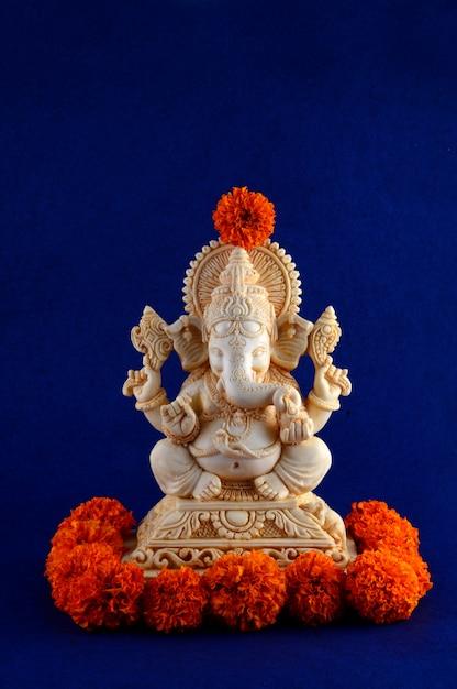 ヒンドゥー教の神ガネーシャ。青色の背景にガネーシャアイドル Premium写真