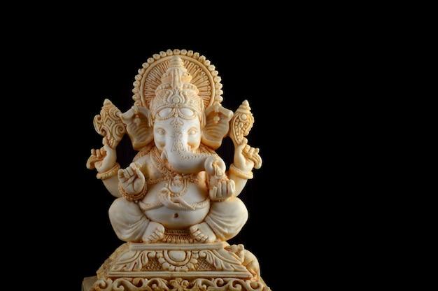 ヒンドゥー教の神ガネーシャ。茶色の背景にガネーシャアイドル Premium写真