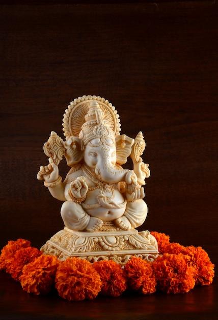 ヒンドゥー教の神ガネーシャ。茶色の空間にガネーシャアイドル Premium写真