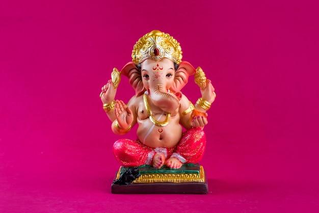 ヒンドゥー教の神ガネーシャ。ピンクのテーブルのガネーシャアイドル。 Premium写真