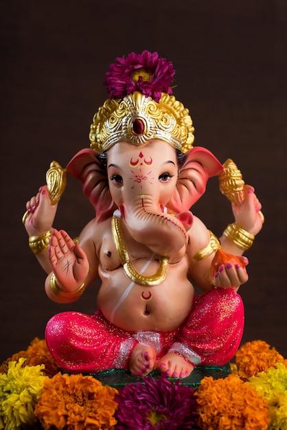 ヒンドゥー教の神ガネーシャ。赤のガネーシャアイドル Premium写真