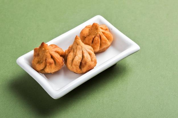 ヒンドゥー教の神ガネーシャのお気に入りの甘い料理modak Premium写真