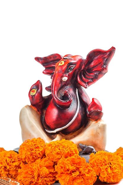 ヒンドゥー教の神ガネーシャ。主ガネーシャの像。崇拝(プージャ)配置。 Premium写真