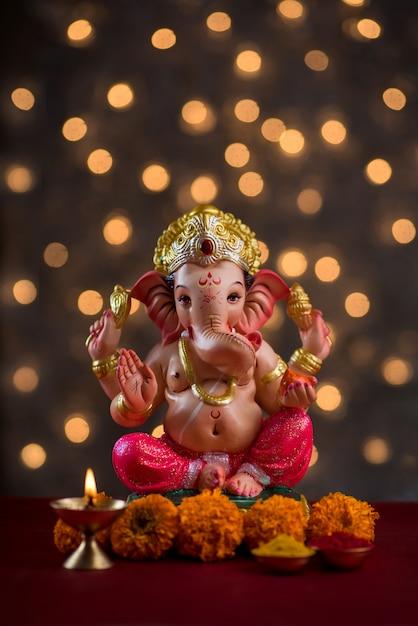 ぼやけたボケライトのヒンドゥー教の神ガネーシャ、ガネーシャアイドル。 Premium写真