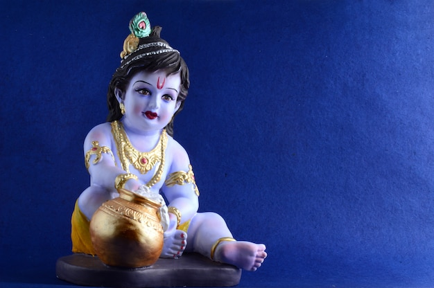 青い表面にヒンドゥー教の神クリシュナ Premium写真