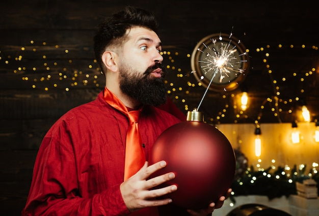 流行に敏感なサンタクロース。面白いサンタクロース。爆弾のテキストコピースペース。クリスマスパーティー。年末年始セール Premium写真