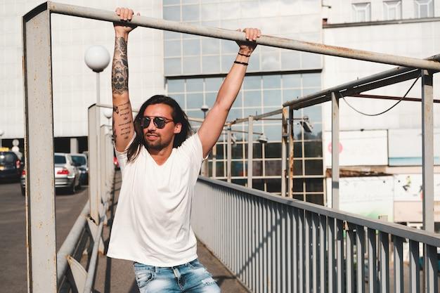 Hipster модель с длинными волосами Бесплатные Фотографии