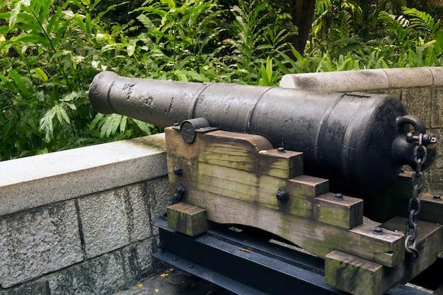 Историческая 9-фунтовая пушка установлена на холме знаменитого парка форт каннинг в сингапуре. Premium Фотографии