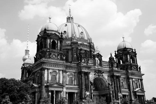 Historical monument in the city Premium Photo