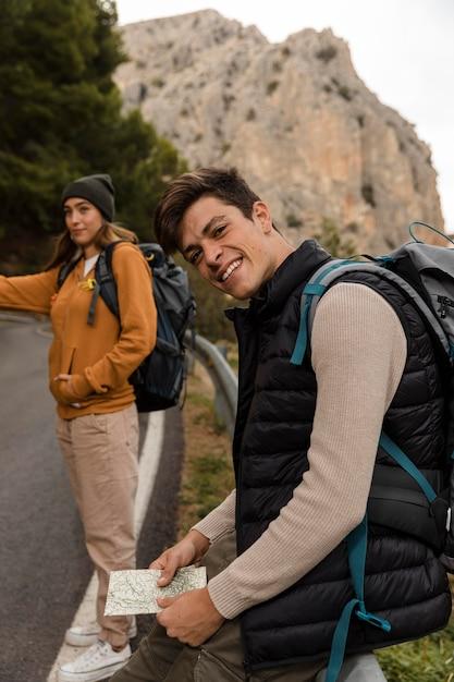 Autostop per un'auto in montagna Foto Gratuite