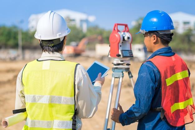現場で職長と建築図面hodling建設図面 Premium写真