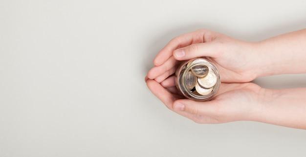 Держа стопку монет в руках Premium Фотографии