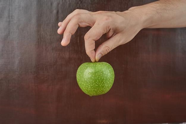 Tenendo la mela in mano Foto Gratuite