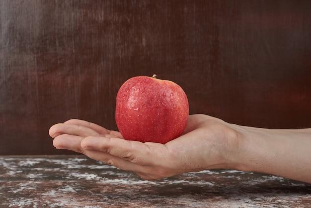 手にリンゴを持って 無料写真