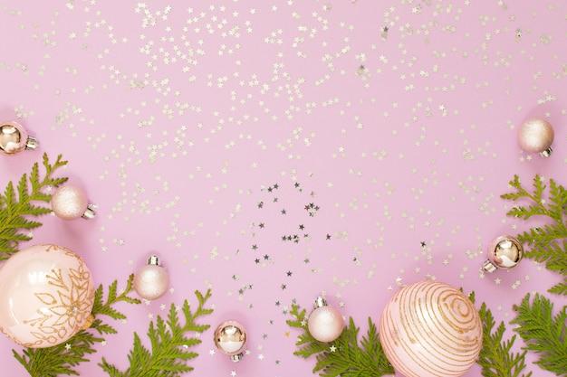 휴일 배경, 크리스마스 공 및 반짝이 은색 별, 평면 평신도, 평면도와 분홍색 배경에 Thuja 나뭇 가지 프리미엄 사진