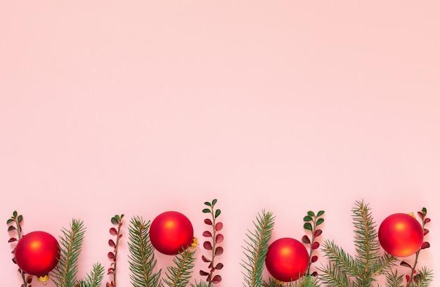 휴일 배경, 가문비 나무 가지와 분홍색 배경에 크리스마스 공, 평면 평신도, 평면도 프리미엄 사진