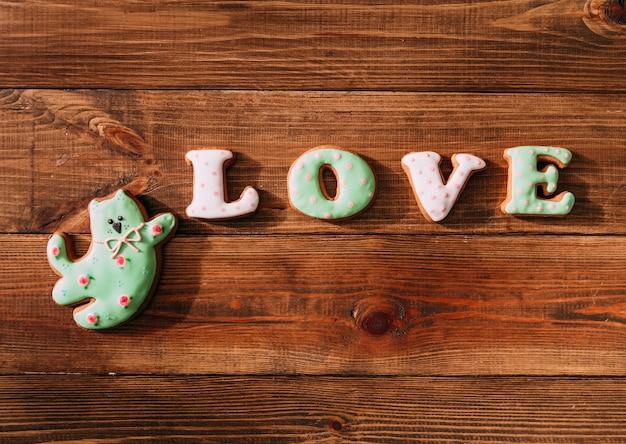 休日のクッキーアイシングの数字が猫のお菓子を愛する Premium写真